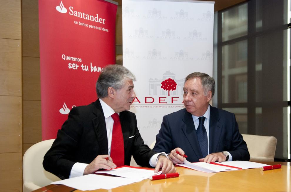Enrique-García-Candelas-Director-General-de-Banca-Comercial-Banco-Santander-y-Clemente-González-Soler-presidente-de-ADEFAM1-990x653